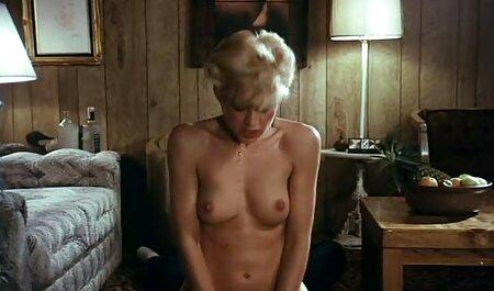 Fetele slabe se dezbracă înainte de a face filmexxx cu camera ascunsa sex cu un vecin pe scări.