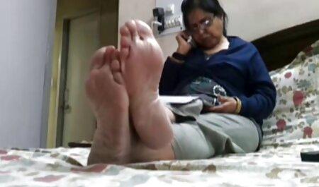 Soțul a convins-o pe femeie să aibă curajul să facă sex în fața filmexcxx camerei.