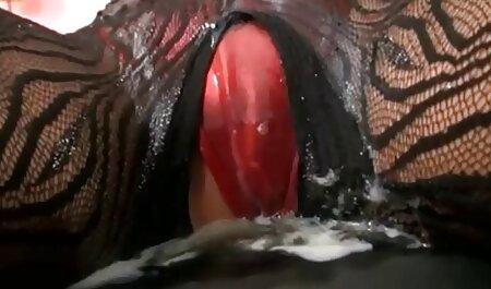 Un bărbat pedepsește un membru al tinerelor doamne roșcate cu filmexxx cu blonde sâni mici.