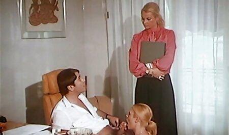Soțul filmexxx cu ejaculari satisface pe deplin soția în pat înainte de culcare