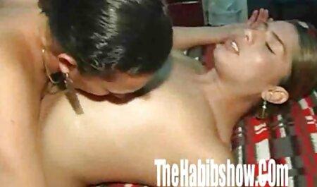 Un șofer filmexxx cu masaj de taxi găsește un partener pentru sex