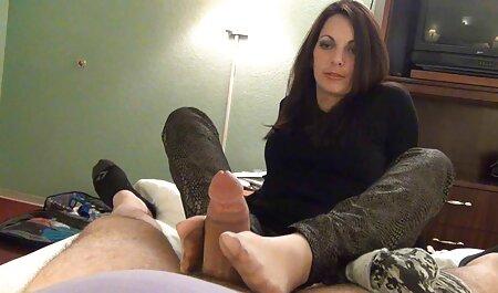 Sexy model filmexxx alina plugaru îmbrățișând un penis de dimensiunea unui om